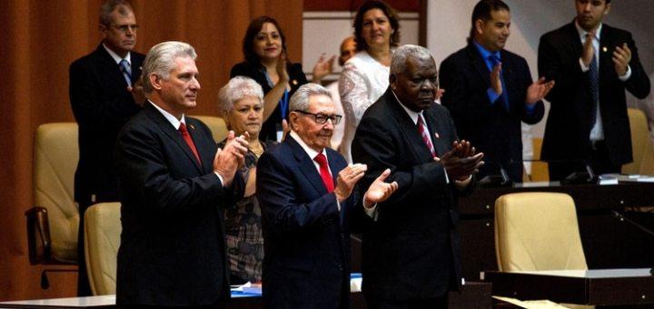 Miguel Diaz-Canel junto a Raul Castro (REUTERS)