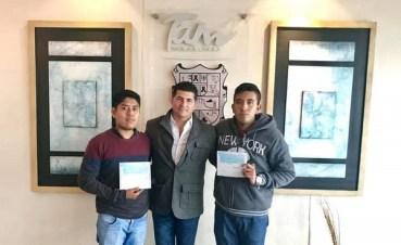 Entrega Miguel Gómez Orta, becas del ITABEC a estudiantes destacados