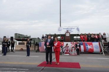 Une abrazo fronterizo al Gobernador Cabeza de Vaca y la Presidenta del Congreso de Estados Unidos, Nancy Pelosi.