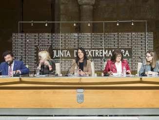 El presidente de la Junta de Extremadura firma con los agentes sociales de la región la Estrategia de Responsabilidad Social Empresarial