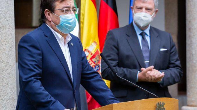 Fernandez-Vara-participa-en-la-condecoracion-con-la-Orden-del-Merito-de-la-Republica-Federal-de-Alemania-al-investigador-extremeno-Jose-Carlos-Violat-Bordonau