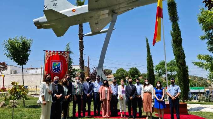 Gil-Rosina-asiste-al-acto-de-inauguracion-del-Monumento-Avion-F-5-en-Higuera-de-Vargas