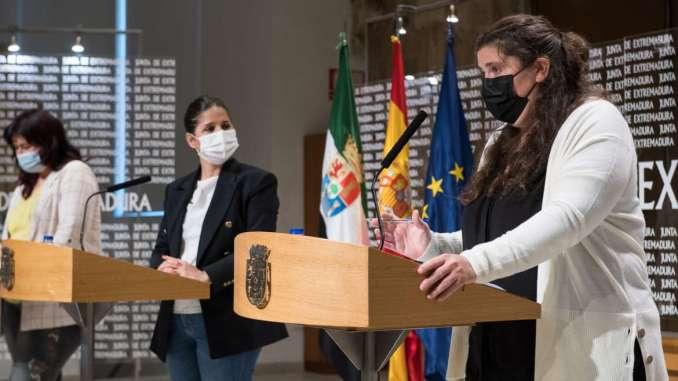 Isabel-Gil-Rosina-firma-un-protocolo-de-colaboracion-en-materia-de-politicas-LGTBI-con-la-Fundacion-Triangulo-y-Extremadura-Entiende