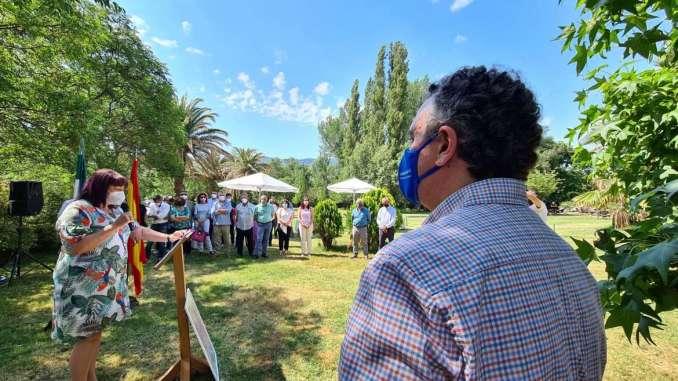 Begona-Garcia-entrega-a-Roberto-Brasero-el-Premio-a-la-Excelencia-Picota-del-Jerte-2021