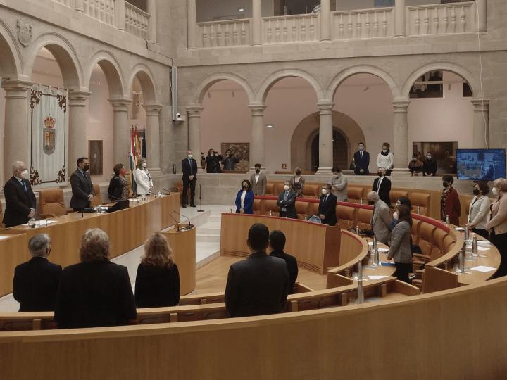 El Parlamento de La Rioja guarda un minuto de silencio en recuerdo de los fallecidos en el trabajo