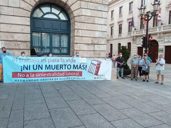 Concentración en Burgos en recuerdo de los trabajadores muertos en accidente laboral