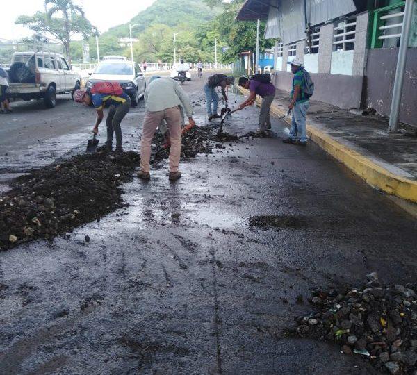 Continúa limpieza y remoción de escombro en calles de Catemaco