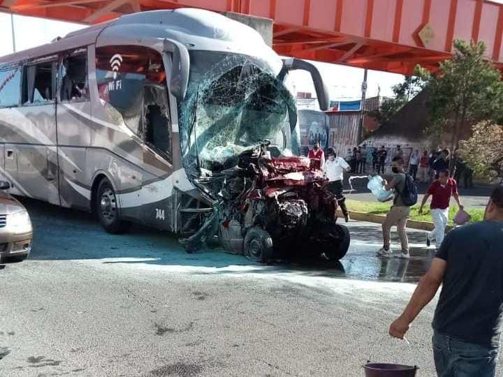 Dos muertos y varios heridos en la Xalapa-Banderilla; autobús de turismo se quedó sin frenos