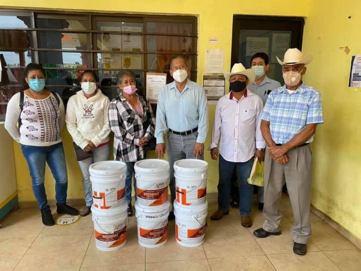 Entrega Arturo Herviz apoyos a localidad de Laguna del Majahual