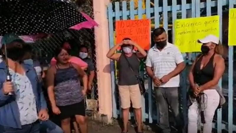 En Santiago Tuxtla, realizan paro padres de familia de la primaria de San Marquitos por la remoción de una maestra