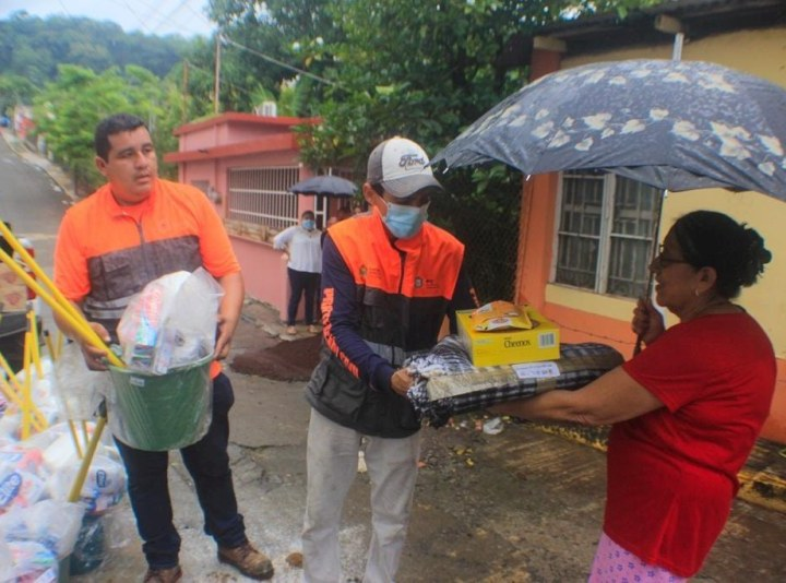 Entregan apoyos a afectados por lluvias en Santiago Tuxtla