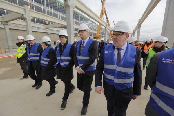 President de Barcelona visitando amazon en el Prat