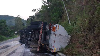 Photo of 50 mil litros de gasolina atingem rio após caminhão-tanque tombar na BR-330