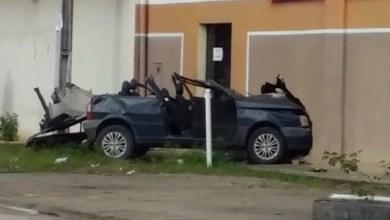 Photo of Bahia: Ao fugir da polícia, motorista embriagado bate em carreta, atinge muro e tem teto de carro arrancado