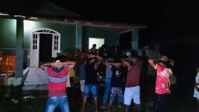 """Photo of Polícia acaba com festa """"paredão"""" regada a bebida alcoólica próximo a Conquista"""