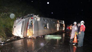 Photo of Uma pessoa morre e mais de 20 ficam feridas após ônibus capotar em rodovia da Bahia