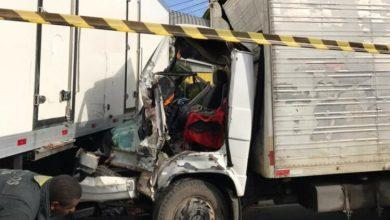 Photo of Motorista fica preso às ferragens após batida entre dois caminhões na Bahia