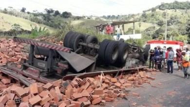 Photo of Homem morre após caminhão carregado com blocos capotar na Bahia