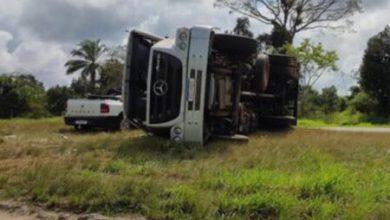 Photo of Caminhão de Vitória da Conquista se envolve em acidente em trevo no sul da Bahia