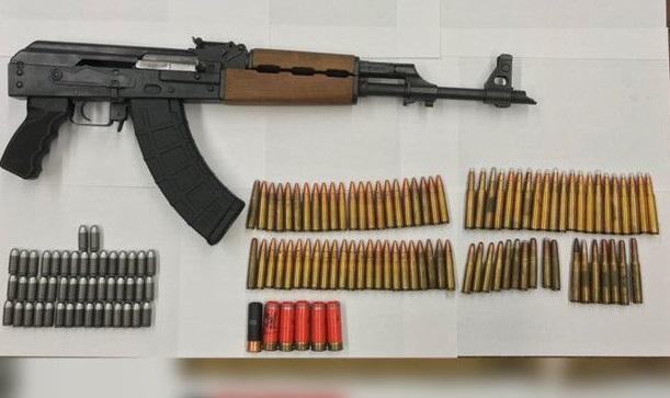 Arrestan hispano en Queens con fusil AK 47 y proyectiles