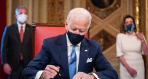 Biden firma el paquete de rescate económico que incluye el cheque de US$1,400