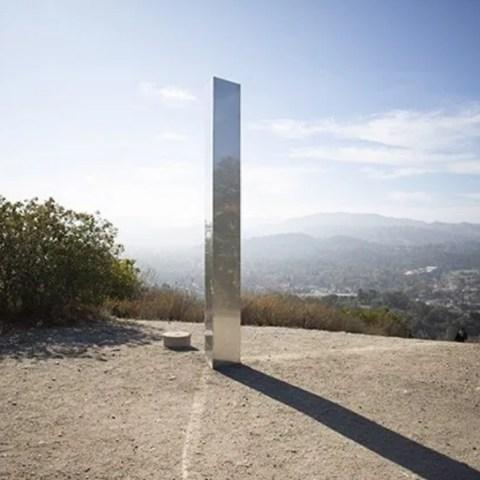 Hallan nuevo monolito de metal en pueblo de California
