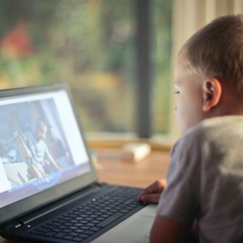 Niños que pasan más horas en celulares y tables sufren cambios en el cerebro: estudio
