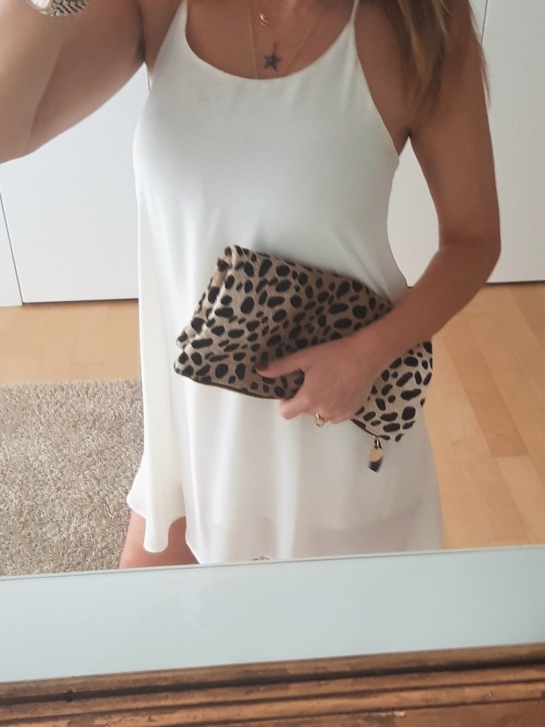 Summer night outfit: a white dress and a leopard bag