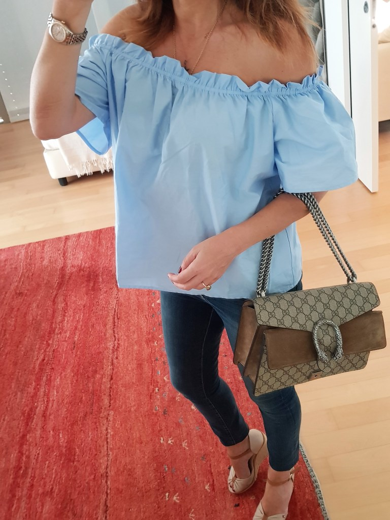 Look estate: jeans e camicia azzurra