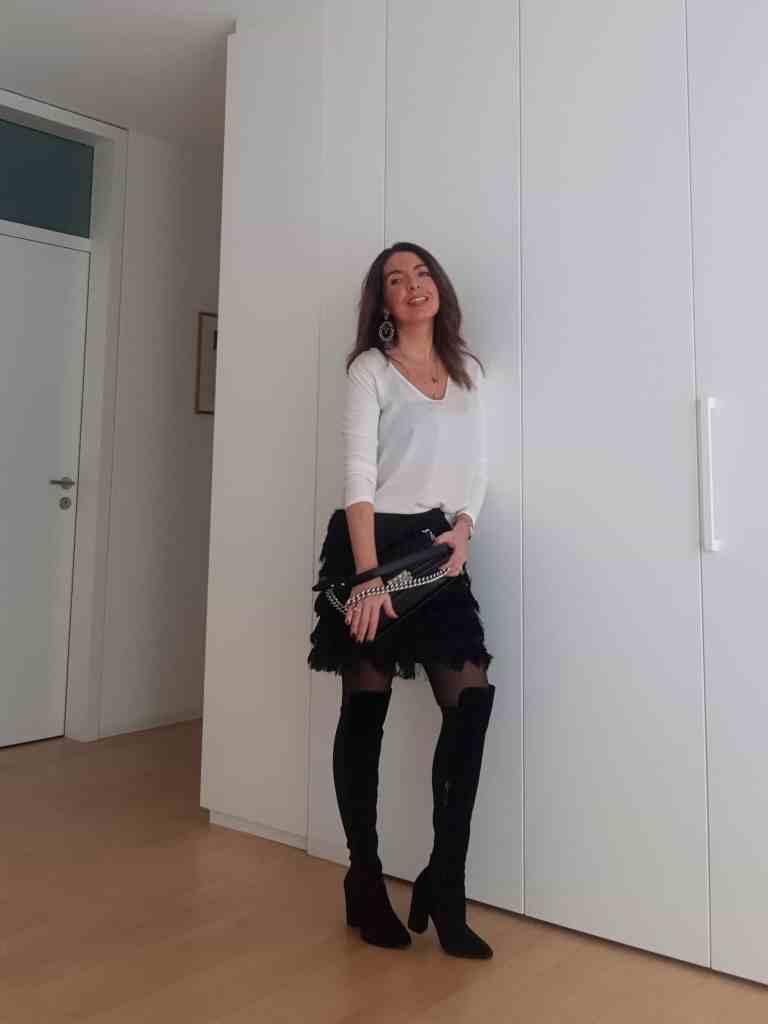 Gonna da sera nera con le frange: nuovo outfit serale
