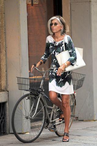 Outfit di Paola Marella con abito corto