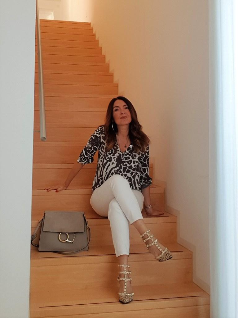 Moda primavera: outfit con jeans bianchi, blusa e Chloé Faye