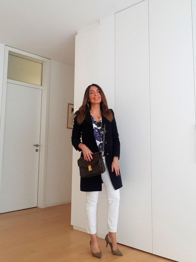 Outfit bianco e blu con Pochette Métis