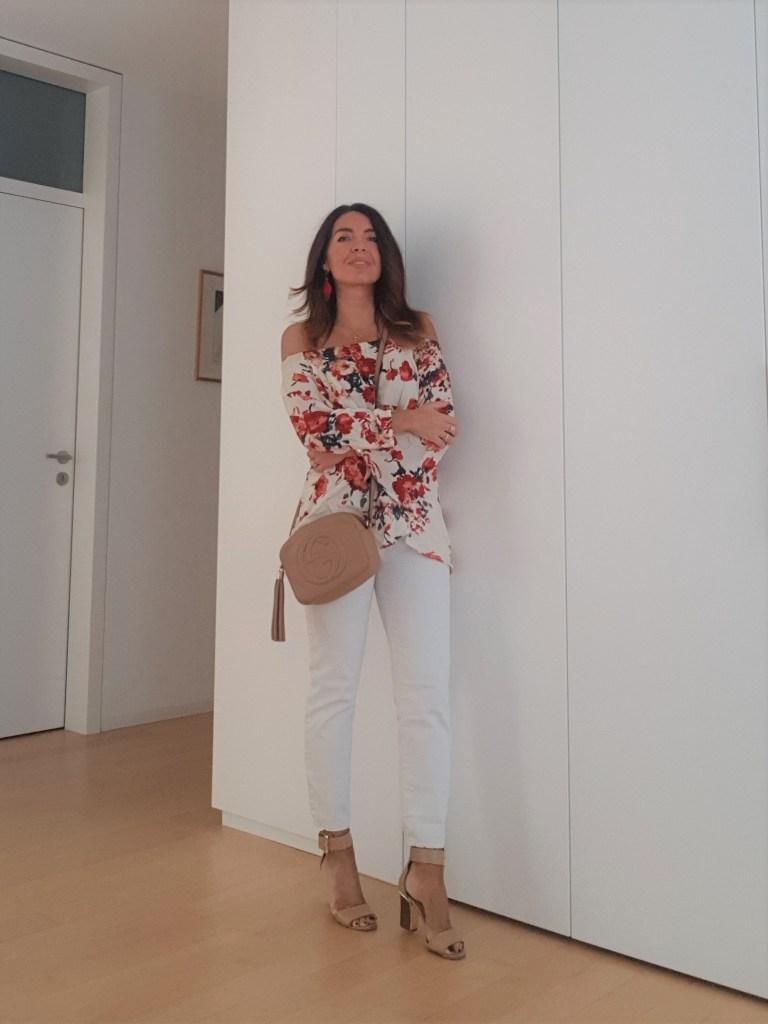 Blusa a fiori e jeans bianchi per un outfit estivo