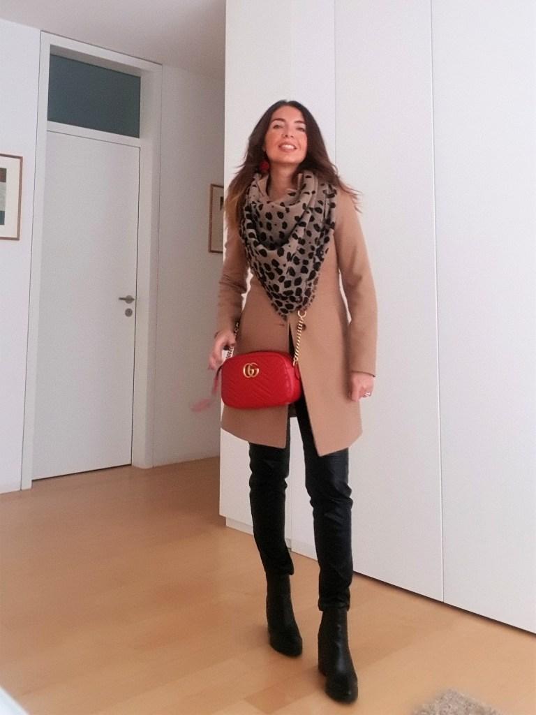 Come abbinare una borsa rossa: cammello e nero