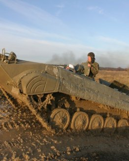 jizda v obrnenem transporteru kalasnikov b48d35034b