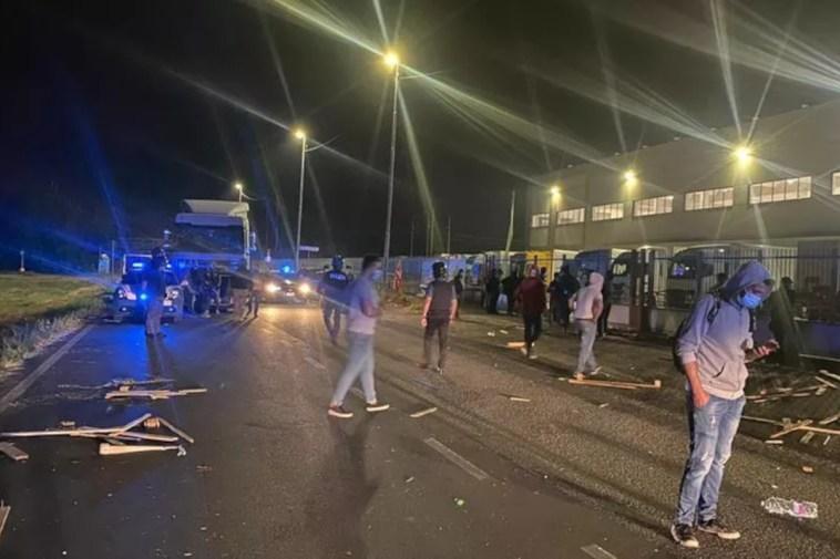 Lodi, scontro a un presidio di lavoratori della logistica: un ferito grave