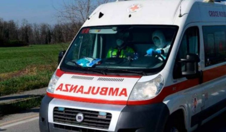 Torino, 22enne cade dallo scooter e viene travolto dal furgone: è grave