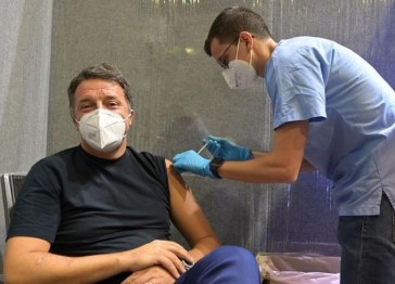 Matteo Renzi si è vaccinato al Nelson Mandela Forum