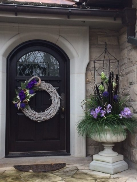 exterior styling | custom planter, door wreath, hanging planter