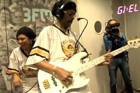 """Larry Graham and Graham Central Station Play Maroon 5's """"Moves Like Jagger"""""""