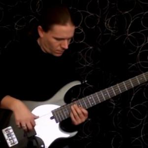 Viktor L?rincz: Delayed Bass Solo