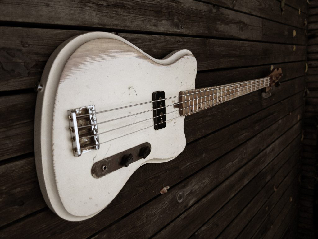 Vuorensaku Guitars Mama Bass Angle