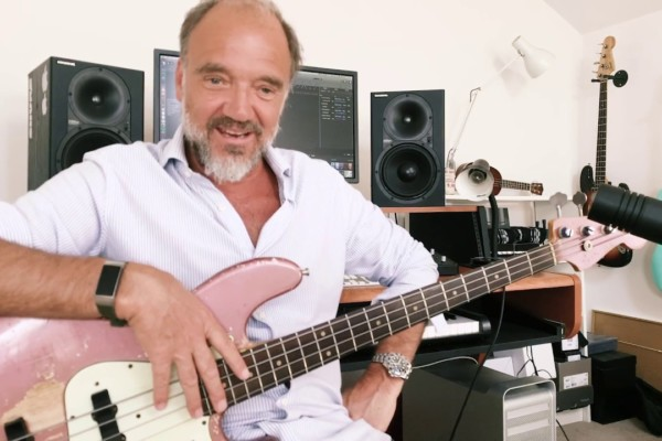 """Guy Pratt's Lockdown Licks: Pink Floyd's """"Money"""" Solo and """"One of These Days"""""""