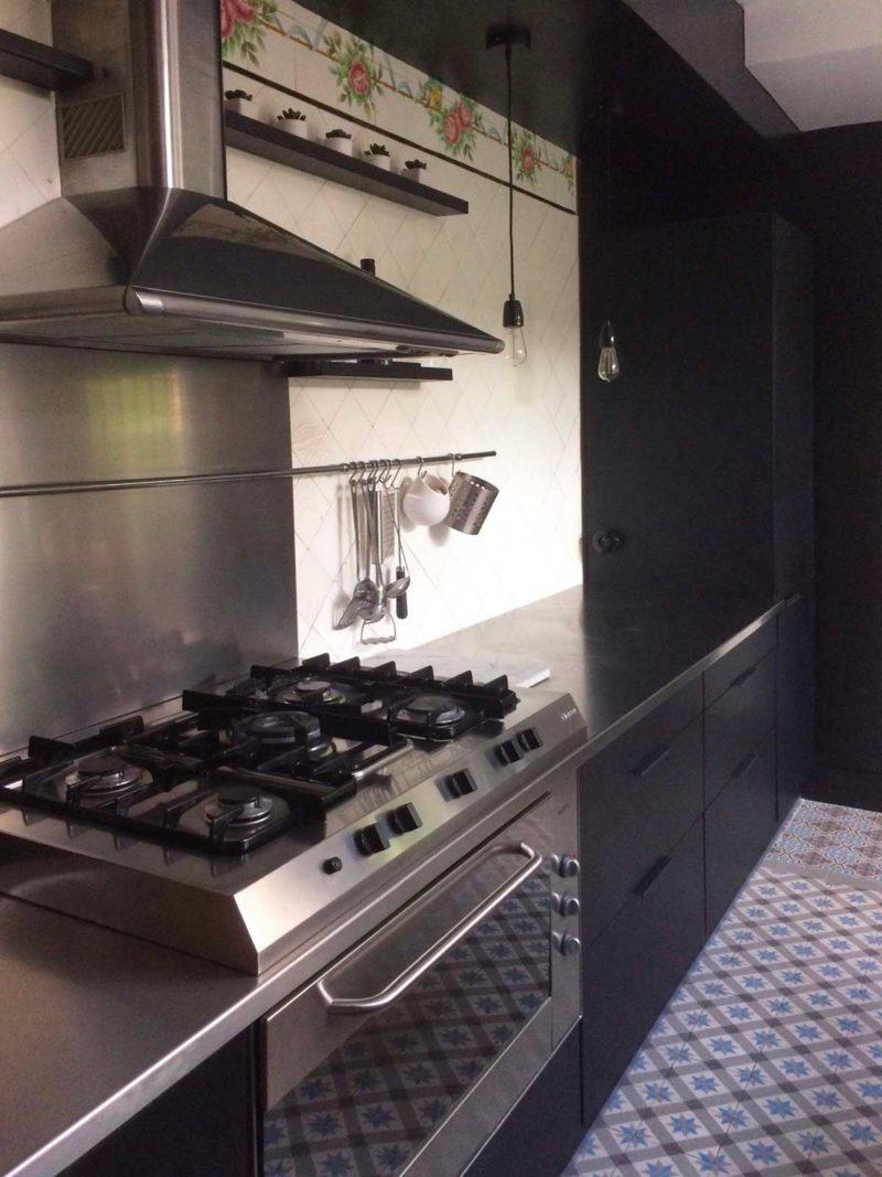 cuisine noire avec plan de travail inox