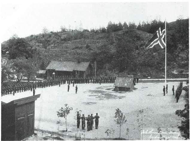 Håøya fort 9. juni 1905: ... og det rene statsflagget heises.