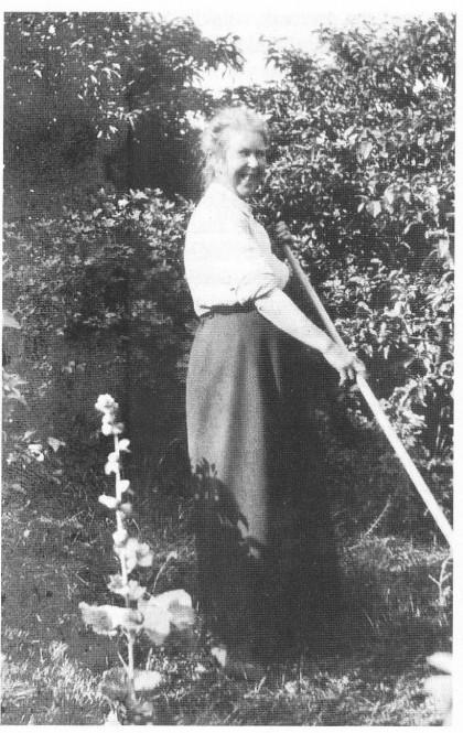 Minna Bonde i full aktivitet i haven på Solvik.