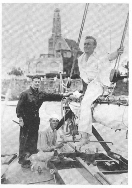 «Rask» av Brevik, Nøtterøy som «Ho-Ho» i Buenos Aires. Fra venstre Torstein Schyberg, Birger Biyhn og Thorolf østmoen samt skipshunden «Perito».