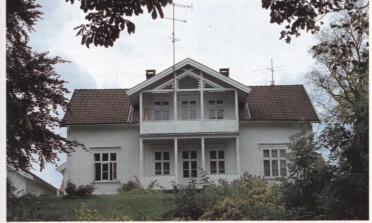 Hovedbygningen på Hjertnes gård — ikke bygdens eldste, men med en spennende historie.