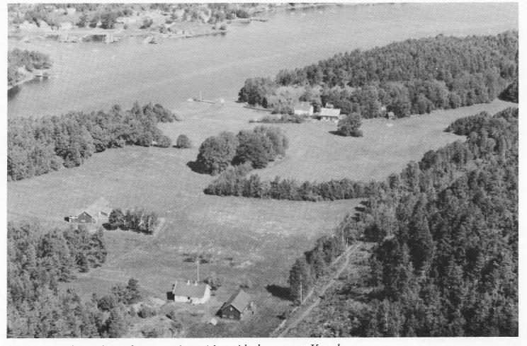 Kulturlandskap på Bjerkøys nordvestside - i bakgrunnen Knarberg.
